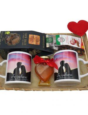 Set cadou indragostiti 7 piese, 2 cani cu mesaj Te iubesc , miere, ceai si inimioara in tavita de rachita, ILIF1021