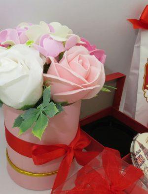 Set cadou 7 piese pentru iubita cu ursulet, flori din sapun, ciocolata si inimioara, ILIF10210